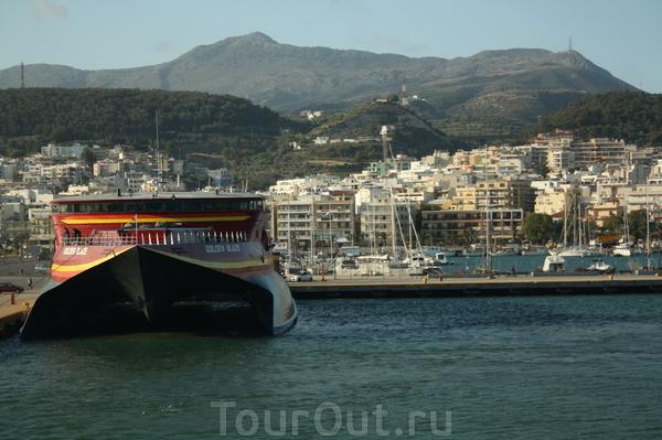 Отплытие из порта Ретимно. Вот примерно такой катамаран увез до острова Санторини. Фото: из моего катамарана :)