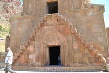 норованк церковь Сурб Аствацацин, построенная в 1339 году при князе Буртеле Орбеляне (поэтому ее называют Буртелашеном). Здание является высокохудожественным ...