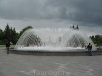 Фонтан и за ним памятник Салавату Юлаеву