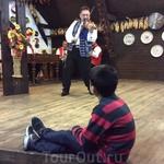Этот чудесный турецкий пацан не только сидел на сцене, он ещё и повторял танцевальные па за мужчинами)))