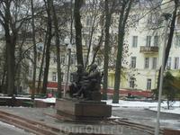 Памятник Теркину и Твардовскому. Снят через окно автобуса. Гололед был кошмарный, поэтому никто не захотел выходить из теплого автобуса.