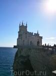 готический замок  на отвесной скале  был построен  в 1912 году. Хотя создается впечатление что он там стоял многие века