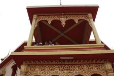 Лаосские пионеры тоже пришли посмотреть достопримечательность...