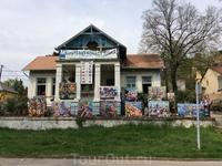 Выставка картин местного художника. Безусловно, он любитель крупных форматов в искусстве, как и наш Церители ...)