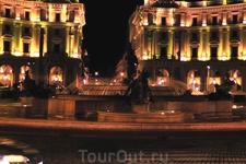 Площадь Республики ночью. Рядом ресторан, в котором мы ужинали, т.к. отель предлагает только завтраки как и многие отели Рима.