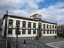 На площади Ларгу да Се находится Муниципалитет