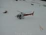 Спасательный вертолет в горах