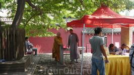 Монахи ведут спокойный образ жизни
