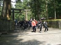 Деревянные ворота тории разделяют обычный суетный мир и мистическую трепетную атмосферу святилища.... ..у нас был тур как раз на Золотую неделю, поэтому ...