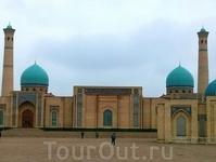 Сегодня ненадолго вырвалась взглянуть на эту красоту. Архитектурный комплекс Хазрат Имам находится довольно далеко от центра современного Ташкента. А ведь ...