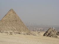 Еги́петские пирами́ды — величайшие архитектурные памятники Древнего Египта, среди которых одно из «семи чудес света» — пирамида Хеопса. Пирамиды представляют ...