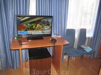 Телевизор располагался на столике возле окна, под столиком - небольшой холодильник