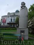 Памятник Генрику (Хенрику) Иогану Ибсену — выдающемуся норвежскому драматургу около крупнейшего театра Бергена Den Nationale Scene