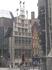 Очень интересный  фасад  с фигурками наверху на Зерновом рынок (Korenmarkt) – это ещё одна площадь Гента. Здесь можно увидеть здание в стиле брабантской ...