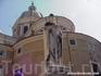 Рим. Памятник  императору  Августо на фоне Мавзолея   Августо.   Фото взято из инета.