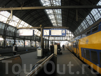 Вокзал Centraal Station. Ждем поезда на Гаагу =)