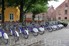 Велосипедная парковка, можно взять велосипед напрокат и оставить его на др. подобной парковке...