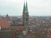 Вид на старый Нюрнберг с крепостной стены, окружающей его. историческая часть была на 90% разрушена во время бомбежки Нюрнберга американцами. Практически ...