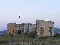 Раньше это был пограничный форт, а со временем он разрушился и его, как обычно, разобрали на запчасти для постройки зданий местные жители.