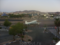 Вид из окна отеля в Эйлате. Аэропорт в центре города и на берегу моря))