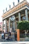 Украшенный статуями муз неоклассический фасад театра Хуареса.