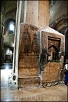 Во   фрагментах фресок можно увидеть сцены из легенды о хитоне Господнем, связанной со строительством храма Светицховели.