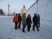 У входа в Спасо-Прилуцкий Дмитриев мужской монастырь.