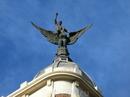Поселившись в отеле я направилась на Монклоа, путь пролегал через Gran Vía, ее вторую часть. Взгляд зацепился за вот эту фигуру на крыше здания номер 32 ...