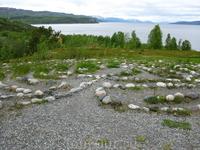 Музей наскальных рисунков занимает значительную территорию на берегу фьорда. Похоже на парк. Ходить можно только по специально проложенным дорожкам. За вход заплатили 170 NOK за двоих.