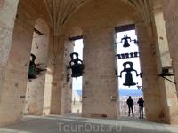 На колокольне. Колокола расположились по всему периметру колокольни. У каждого из них своя история и свое предназначение. В одни звонили по усопшим, в ...