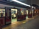 """Мы успели проехаться по зеленой ветке от Казлычешме до Сиркеджи, а потом еще по исторической, самой короткой, которая называется Тюнель и соединяет районы Каракёй и Бейоглу. Стамбульское метро считается """"преимущественно подземным"""" видом транспорта. Это означает, что некоторые участки метрополитена являются наземными.  Линии метро в Стамбуле не соединены в единую  систему, то есть, чтобы пересесть на другую ветку, иногда приходится воспользоваться другим видом общественного транспорта (автобус, такси) или пройти пешком. В любом случае, при смене ветки нужно снова заплатить. Вход в метро обозначен при помощи буквы M, очерченной синим кругом с красной стрелкой."""
