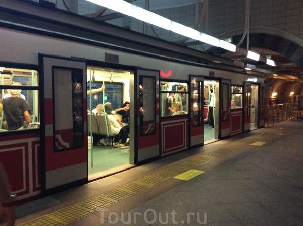 """Мы успели проехаться по зеленой ветке от Казлычешме до Сиркеджи, а потом еще по исторической, самой короткой, которая называется Тюнель и соединяет районы Каракёй и Бейоглу. Стамбульское метро считается """"преимущественно подземным"""" видом транспорта. Это ..."""