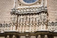 На фасаде базилики расположены скульптуры Христа и двенадцати апостолов.