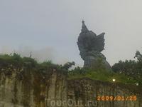 Бог Вишну часть огромной скульптуры...нижняя часть Гаруда)))