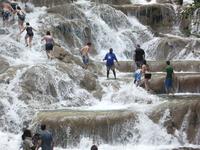Развлечение - подняться вверх по водопаду