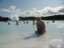 Купание в термальном бассейне с целебной минеральной водой в природном лавовом ландшафте под открытым небом.