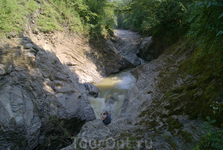 Снять сам водопад практически невозможно,так как сверху не видно вниз,а если снимать снизу,то надо пройти(или проплыть)по ущелью по воде и камера должна ...