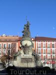 Дальше мы направляемся к станции и выходим на Площадь Колумба, памятник которому и возвышается посреди площади.  В 1506 году в Вальядолиде умер Христофор ...
