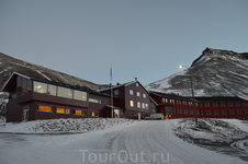 дорога в гору к отелю Шпицберген