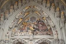Над главным входом в собор Берна располагается одна из самых полных в Европе коллекций позднеготических скульптур. На первом архивольте изображен Иисус ...