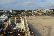 Знаменитый пляж Santa Monica с высоты карусели