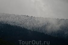По пути к Плитвицким озёрам. В горах ещё лежит снег. Фото сделано из автобуса.