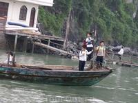 залив Халонг. Детей после школы везут домой в домики на воде