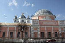 Вид на Казанский монастырь со стороны улицы