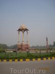 Внутри монумента раньше был памятник королеве Виктории, после освобождения Индии памятник убрали