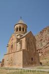 Храм имеет строгое декоративное убранство. К западной стороне церкви в 1233 году был пристроен притвор, который иначе назывался Гавит или Жаматун. От первоначального ...