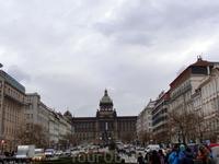 Вацлавская площадь, первоначально называвшаяся Конным рынком, была в свое время крупнейшим торговым центром Нового Города. В 1786 г. в нижней части площади был воздвигнут деревянный театр «Боуда» — пе