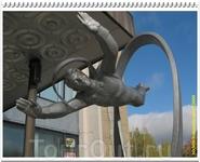 Перед входом установлена скульптурная композиция «Человек в бесконечности» или, по другим источникам, «К звёздам!».