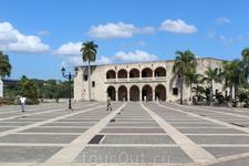 Алькасар-де-Колон- дом -музей, построенный сыном Кристофора Колумба-Диего Колумбом. Который был первым вице-королем острова