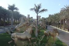 Позолоченные кони при въезде в резиденцию шейха Дубая